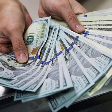 Путин разрешил российским компаниям платить зарплату в иностранной валюте
